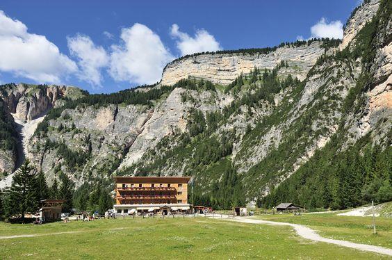 Rifugio Lavarella - Dall'albergo Pederü (1545 m) su largo sentiero di ghiaia (segnavia 1) in leggera pendenza in direzione sud verso l'appiattimento e proseguire sempre in salita fino all'Alpe Piccola di Fanes. Qui al bivio in pochi minuti a sinistra fino al rifugio Fanes (2060 m) oppure al rifugio Lavarella (2042 m); da Pederü ore 2. - Si ritorna sulla via dell'andata; ore 1:30