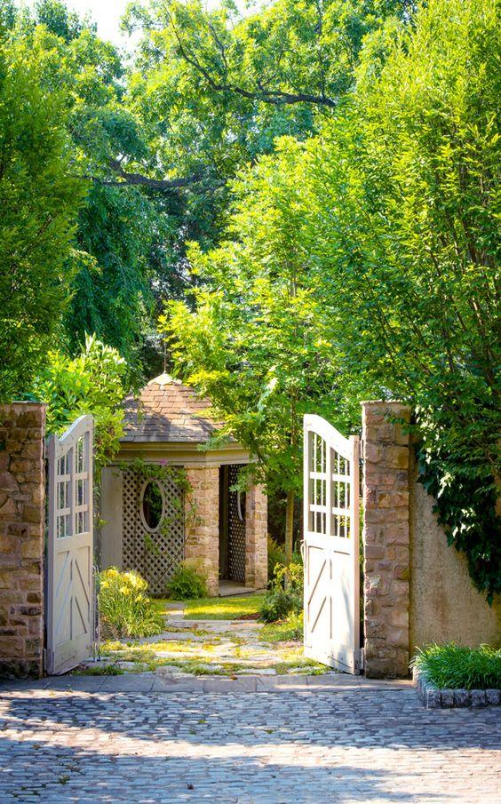 Garden gate ideas and garden inspiration from Donald Lococo Architects: #gardengate #gardeninspiration #summerstyle #landscapeideas
