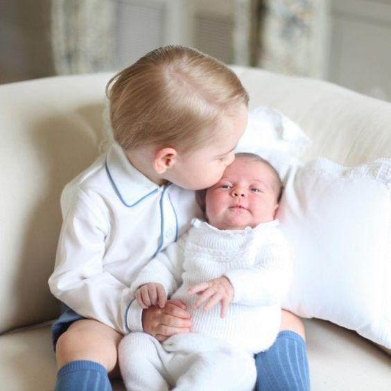 Les photos les plus mignonnes de ce lundi ! > http://www.elle.fr/People/La-vie-des-people/News/Princesse-Charlotte-decouvrez-les-premiers-cliches-avec-le-prince-George-2957196
