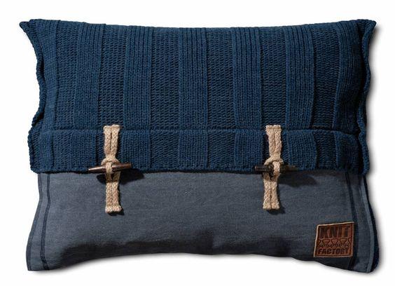 Gaaf rechthoekig (sier)kussen Rib van Knit factory met unieke details.