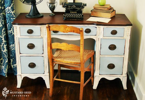 I absolutely adore the combination finish of wood and distressed paint on this little desk