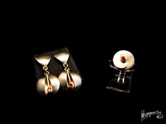 Diese modernen Stücke bestehen aus 925er Silber kombiniert mit 750er Gelbgold und einem kleinen Rubin. Sie wirken futuristisch und sind auf jeder Gala oder anderen Anlässen ein atemberaubender Blickfang. Der Gesamtpreis des Sets beträgt 457,50 EUR.