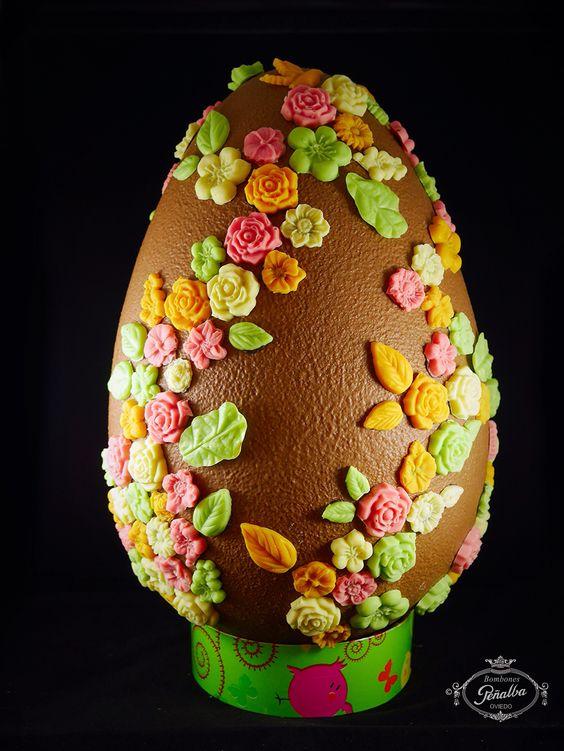 Huevo Gigante de chocolate adornado con flores de chocolate.