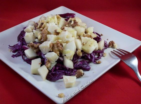 """Velocissima da preparare, gustosa e sorprendente buona, questa insalata di cavolo cappuccio rosso è un insolito piatto che si può gustare all'inizio di un pasto importante o come semplice contorno. Un piatto leggero ma nutriente, ricco di sapori contrastanti che si sposano benissimo tra di loro. Ideale per chi segue un'alimentazione vegetariana, risulta perfetto anchesostituendo il pecorino fresco con un""""formaggio vegetale"""" ed essere considerato anche da chi segue un'alimentazione vegana."""