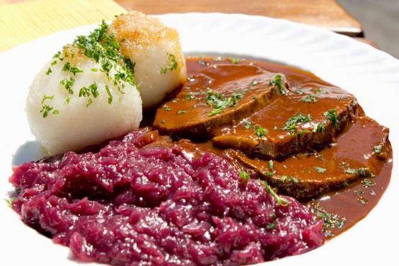 33 - SAUERBRATEN (ALEMANIA) El sauerbraten se suele servir con repollo colorado y pasta rellena de papa y consiste en un guiso alemán compuesto de una variedad de carnes, como vaca, cordero, oveja, cerdo o caballo.
