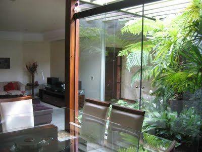 Jardim de inverno separado por vidro.