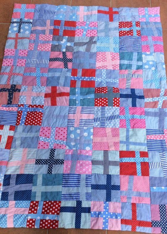 Patchworkdecke, Quilt aus Kinderstoffen- Wonky Cross