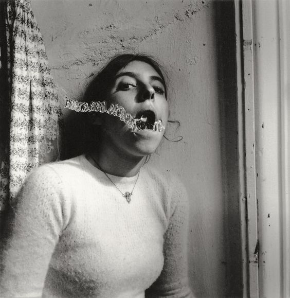 Autorretrato de Francesca Woodman Talking to Vince, 1975–78.