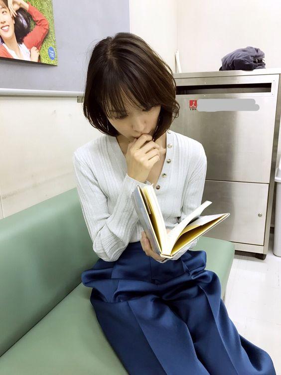 本を読む戸田恵梨香