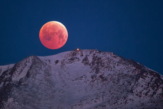 Lunar Eclipse/Blood Moon over Pikes Peak, Lars Leber