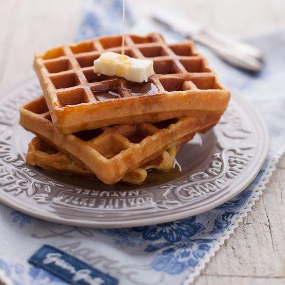 Waffle allo yogurt di cocco con sciroppo d'acero