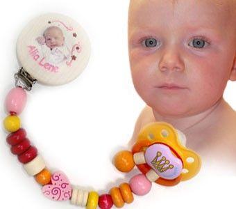 Schnullerkette mit Babyfoto - Mädchen      Größe: 21 cm    Neuheit !!! Neuheit !!! Neuheit !!! Das bekommen Sie nur bei uns. Individuelle Schnullerkette nur für Ihr Baby. Schicken Sie uns ein Foto Ihres kleinen Lieblings und wir drucken es auf den Clip dieser Schnullerkette. (Abbildung ist nur ein Beispiel) Laden Sie das gewünschte Foto (Dies sollte nicht größer wie 10MByte im Format jpg oder png sein!) hoch und tragen Sie den Namen Ihres Babys ein.
