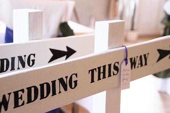 """Hochzeits-Schild """"Wedding this way"""". http://www.weddstyle.de/wedding-schilder-hochzeit.html"""