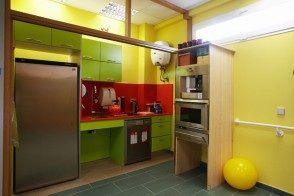 Zona cocina.   Cocina equipada con fregadero, microondas y horno, frigorifico grande que enfría muy bien. Dos fuegos de inducción con menaje para ello. Cafetera y termo de agua caliente.