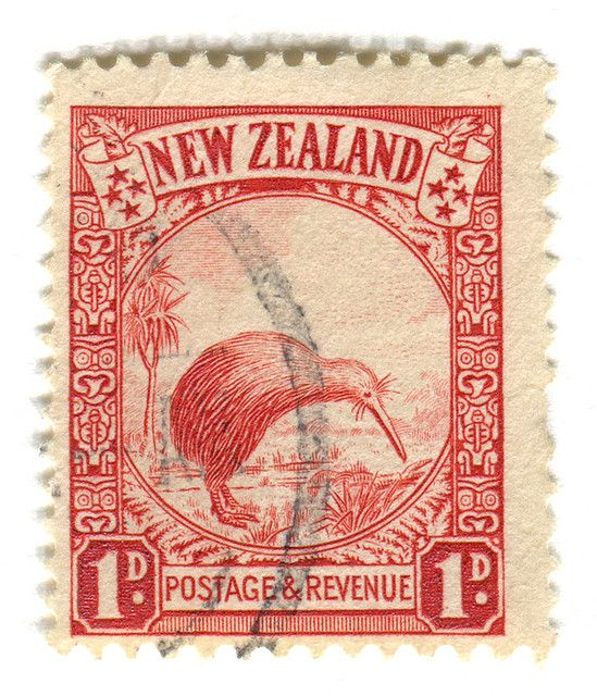 Kiwi sello de correos - antigua moneda - 1 Penny !! Kiwi: sobreimpreso 'oficial', emitida en marzo de 1936 Nueva Zelanda tiene más variedades de aves no voladoras que cualquier otro país, y el kiwi es uno. El pájaro es único - sus fosas nasales se colocan al final de su pico y su paso nasal es más complicado que el de cualquier otra ave. Aunque el sentido del olfato de la mayoría de aves suele ser pequeño, lo hicieron de la década de kiwi es alta. Es nocturno, cuestiones fuerte silbido…