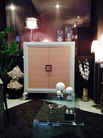 Precioso mueble, donde se combina el roble y la laca, evocando cierto aire nórdico.