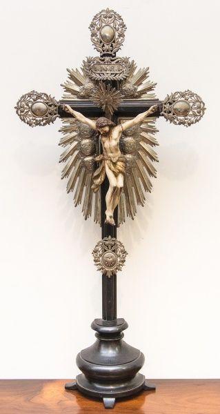 Imagem de Cristo Crucificado, Nosso Senhor do Bonfim, madeira policromada, cruz de madeira, resplendores e dísticos em prata. Bahia, século XIX. Alt. 90cm. Vendido. 4.000,00.