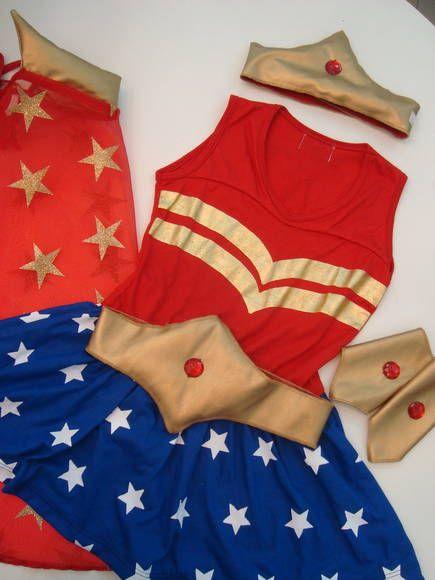 É um pijama? Ou uma fantasia? O vestido da Mulher Maravilha é extremamente macio e confortável, que pode ser utilizado até para dormir, depois de tanto brincar!! O conjunto inclui o vestido, 1 capa de heroína, 2 braceletes, 1 coroa e 1 cinto. (os acessórios dourados são de couro sintético bem macio, forrados de algodão, e com aplicação de pedrinha vermelha) R$ 109,90