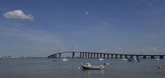 Face aux chantiers de construction navales de Saint-Nazaire et dominée par le pont à haubans qui enjambe l'estuaire de la Loire, l'esplanade de Mindin est une porte ouverte sur l'océan!