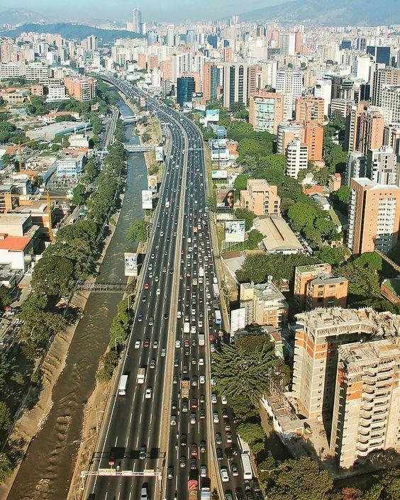 Excelente inicio de semana! Fotografía cortesía de @aereaestudio  #LaCuadraU #GaleriaLCU #Caracas #CaracasDesdeElCielo #ArquitecturaCaracas #Autopista #FelizMiercoles #Miercoles