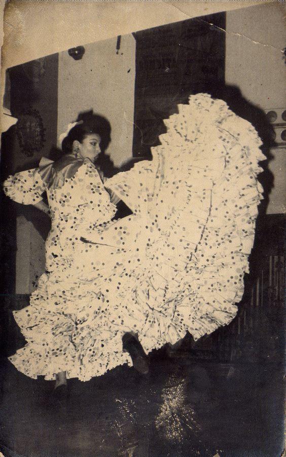 La #bailaora de #flamenco Milagros Menjibar con bata de cola de Lina.