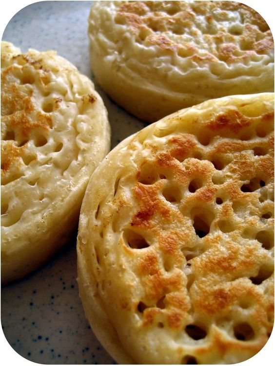 Crumpets (en français) - une recette en français pour des crumpets anglais BUT je connais des copains qui ont adoré en manger à NY ! et en ont ramenés ;-)