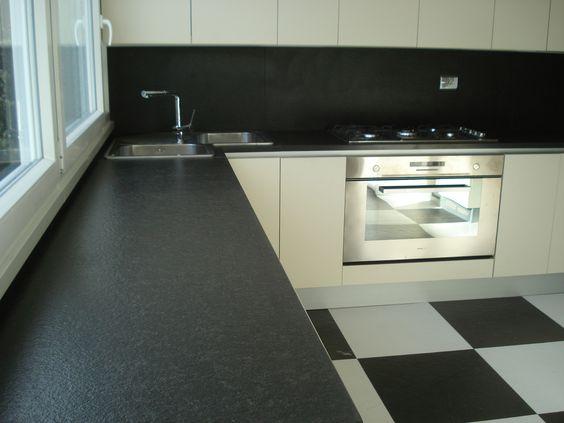 cucina contemporanea con top & schienale in nero assoluto ...