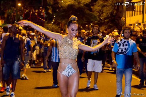 Sabrina Sato mostra samba no pé no ensaio de rua da Unidos de Vila Isabel