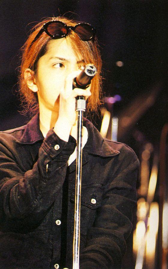 頭にサングラスをかけてマイクを握っているL'Arc〜en〜Ciel・hydeの画像