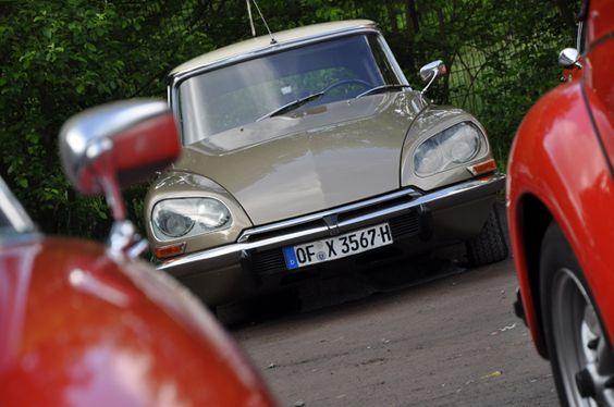 Bereits zum 5. Mal veranstaltete MainOldtimer e. V. aus Frankfurt die MainAusfahrt. Wir waren mit der Startnummer 11 im Porsche 911 dabei und haben einige Eindrücke mit der Linse eingefangen. Treffpunkt für die 80 Teams war das Neue Schützenhaus am Rande von Wiesbaden.
