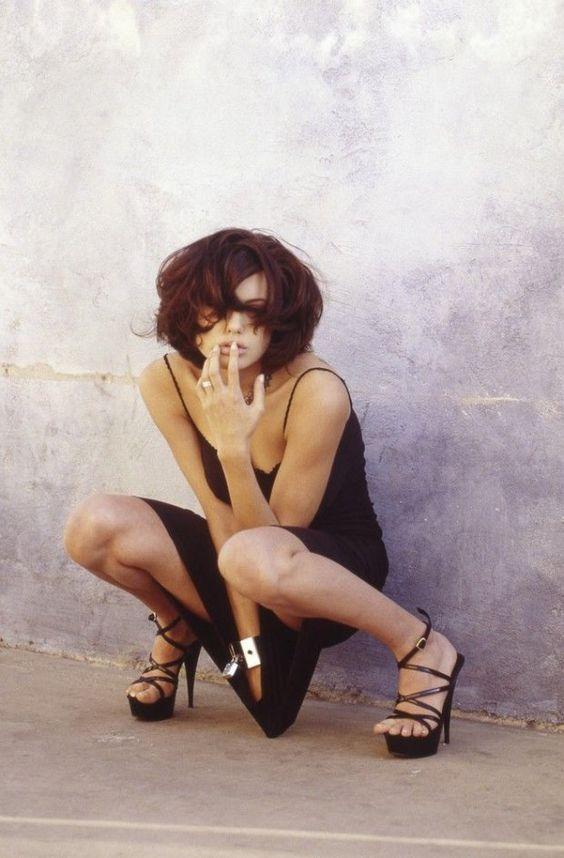 Zdjęcie numer 2 w galerii - Nigdy niepublikowane zdjęcia Jolie sprzed 20 lat właśnie ujrzały światło dzienne. Pozuje na nich toples