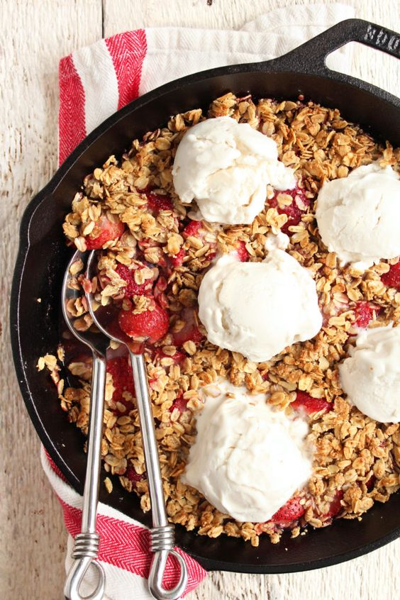 EASY Strawberry Crisp! Summer-inspired, super fruity, crispy crunchy topping, & SO DELICIOUS! #vegan #glutenfree #refinedsugarfree #strawberries #crisp | Peach and the Cobbler: