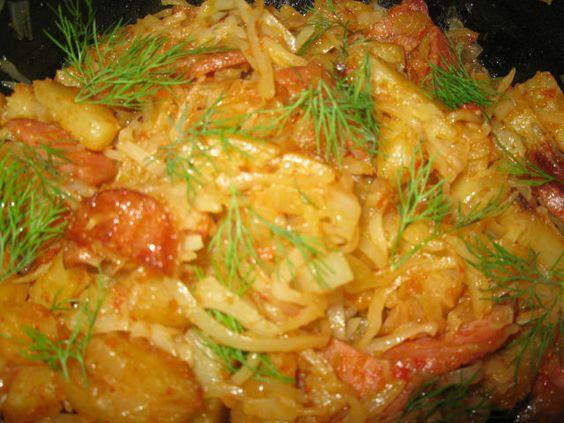 Тушеная капуста - Капусту шинкуем,чуть перетираем с солью.На сковороде обжариваем порезанный кубиками лук ,копченую колбаску порезанную полукольцами и добавляем капусту,тушим не небольшом огне минут 10.Картошку режем на дольки и обжариваем на большом огне до румяной корочки(отдельно),выкладываем картошку к капусте,добавляем томат(я добавила не острую аджику),,солим,перчим по вкусу и тушим до готовности.