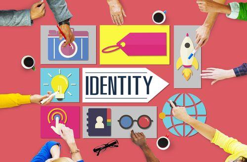 ¿Cómo se construye, se gestiona y se afianza una marca en Internet? Ser digital no sólo significa tener una web o estar en presente en Facebook. Implica que la marca ha de dialogar en vez de promoc...