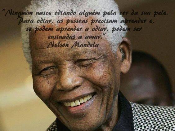 """""""Ninguém nasce odiando outra pessoa pela cor da sua pele. Para odiar, as pessoas precisam aprender e, se podem aprender a odiar, podem ser ensinadas a amar."""" - Nelson Mandela."""