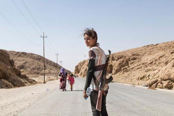 Une jeune fille yézidi porte un fusil d'assaut pour protéger sa famille contre Daech