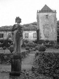 Quinta Ribafria - Um solar do século XVI, pertencente à família Ribafria. Com claros toques medievais como a torre, é um tesouro recentemente adquirido pela Câmara Municipal de Sintra,