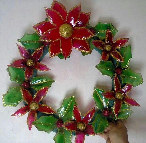 Corona con botellas de plasticos manualidades con - Como hacer guirnaldas de navidad ...