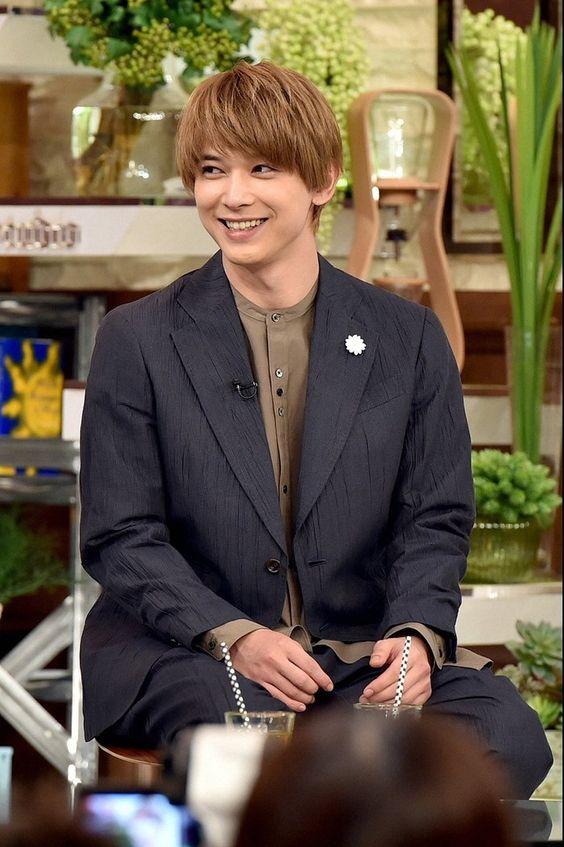シックなジャケット姿の吉沢亮の高画質画像