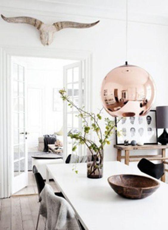 Moderne eetkamer in een Scandinavische stijl: koperen lamp, gewei ...
