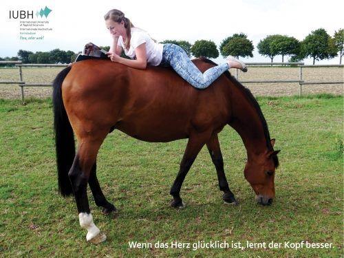 Das Glück der Erde liegt bekanntlich auf dem Rücken der Pferde - Warum also nicht den Lernplatz mit dem Hobby verbinden? Mit diesem tollen Fotobeitrag erreicht Hannah B. den zweiten Platz im IUBH Fotowettbewerb! Klasse!