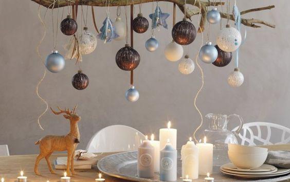 """Ook leuk voor buiten:   Bind een rooster (te koop bij bouwmarkt, wordt gebruikt voor geleiden van klimplanten) met afstandssteunen onder het """"plafond"""" v/d pergola. Leg takken op het rooster, doe er buiten-verlichting in en zet dit vast met binddraad. Hang dan ballen,sterren of andere kerstspullen aan de takken , boven de eetafel. Succes verzekerd!  Door Patricia"""