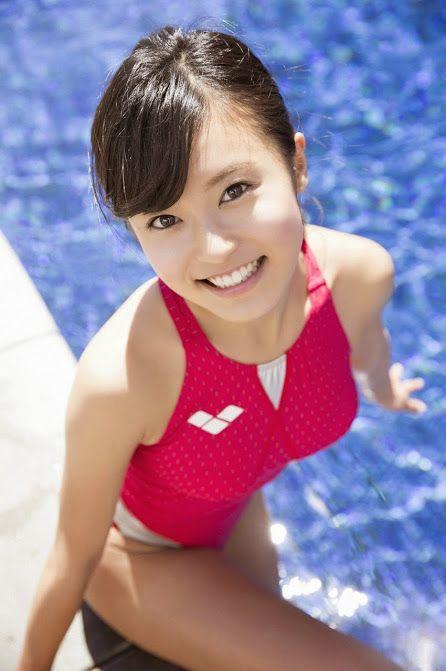 赤い競泳水着のかわいい小島瑠璃子