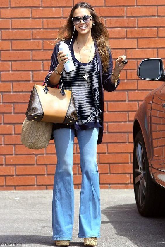 4.16.2 Клешеные джинсы (и не все равно, что никто их не носит))), майка с вырезом, кардиган, большая сумка