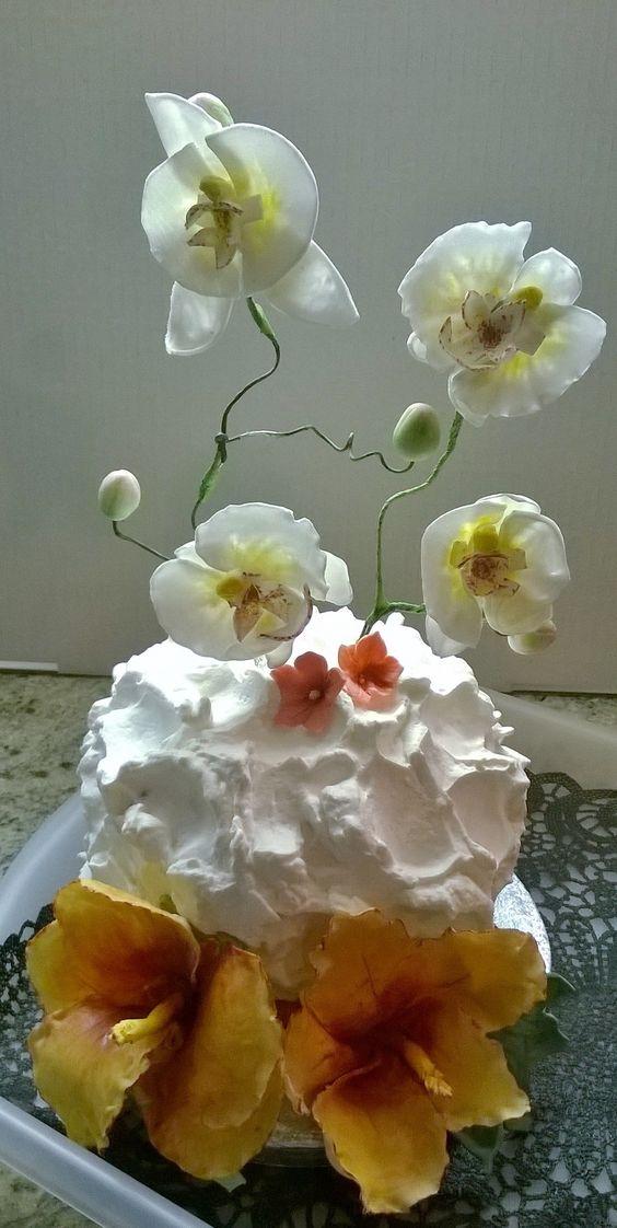 Chocolate mud cake with coconut cream. Flowers are made with gum paste. Mud cake al cioccolato con crema di cocco e fiori in pasta di gomma.
