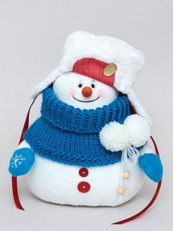 Дизайнерская интерьерная мягкая игрушка снеговик. Рост - 20 см.  Если вы ищите особенный новогодний подарок для себя, ребенка или своих близких, то этот снеговик - для вас! Хрум (так его зовут за звуки, которые он оставляет на снегу) - оригинальная, добрая игрушка. В него невозможно не влюбиться! Каждый год, перед Новым годом, вы будете доставать его с детьми из коробочки и ставить на комод, полку или под елочку. Вы будете вместе встречать Новый год с новыми надеждами, мечтами и желаниями!