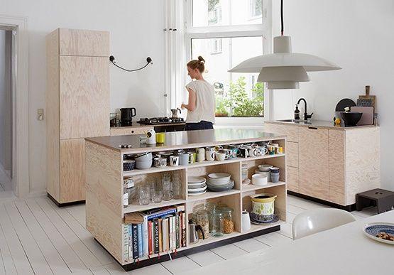 Schlichte Küche aus Leimholzplatten mit schwarzer Arbeitsplatte - linoleum arbeitsplatte küche