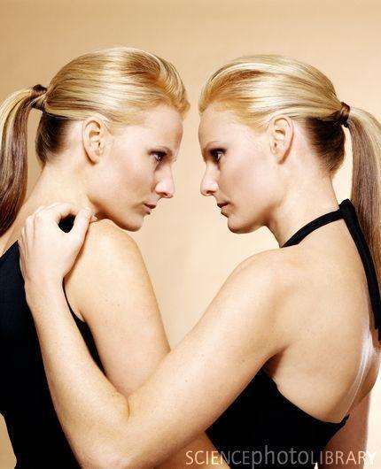 Risultato della ricerca immagini di Google per http://www.sciencephoto.com/image/317983/large/P9000085-Identical_twin_sisters-SPL.jpg