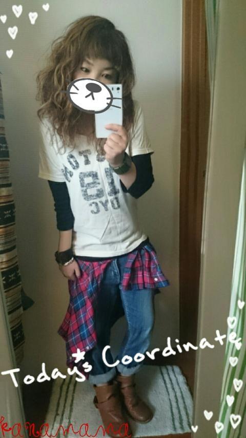 こんにちは☆いつもたくさんのgood、watch、コメありがとうございますヽ(´ー`)ノ♥  今日のコーデは、大好きなTシャツ重ね着★ まだまだ寒いですけど、かなりの薄着ですよー(。>д<)でもそんな事気にしない(笑)この上にパーカー羽織りましたぁ★  髪の毛セルフでメッシュ入れたら、とんでもないくらい明るく見えちゃって、帰ってきた旦那が『うえっ!!!( ̄□ ̄;)!!』って言うてから何にも言うてくれません…○o。.本当にこんな絵文字の顔してたなぁ(笑)