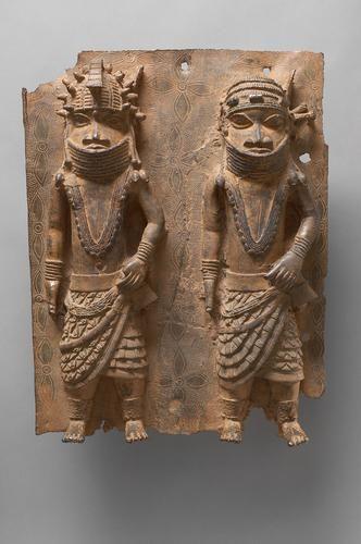 Reliefplatte: Zwei Figuren im Kostüm von Oba Esigie